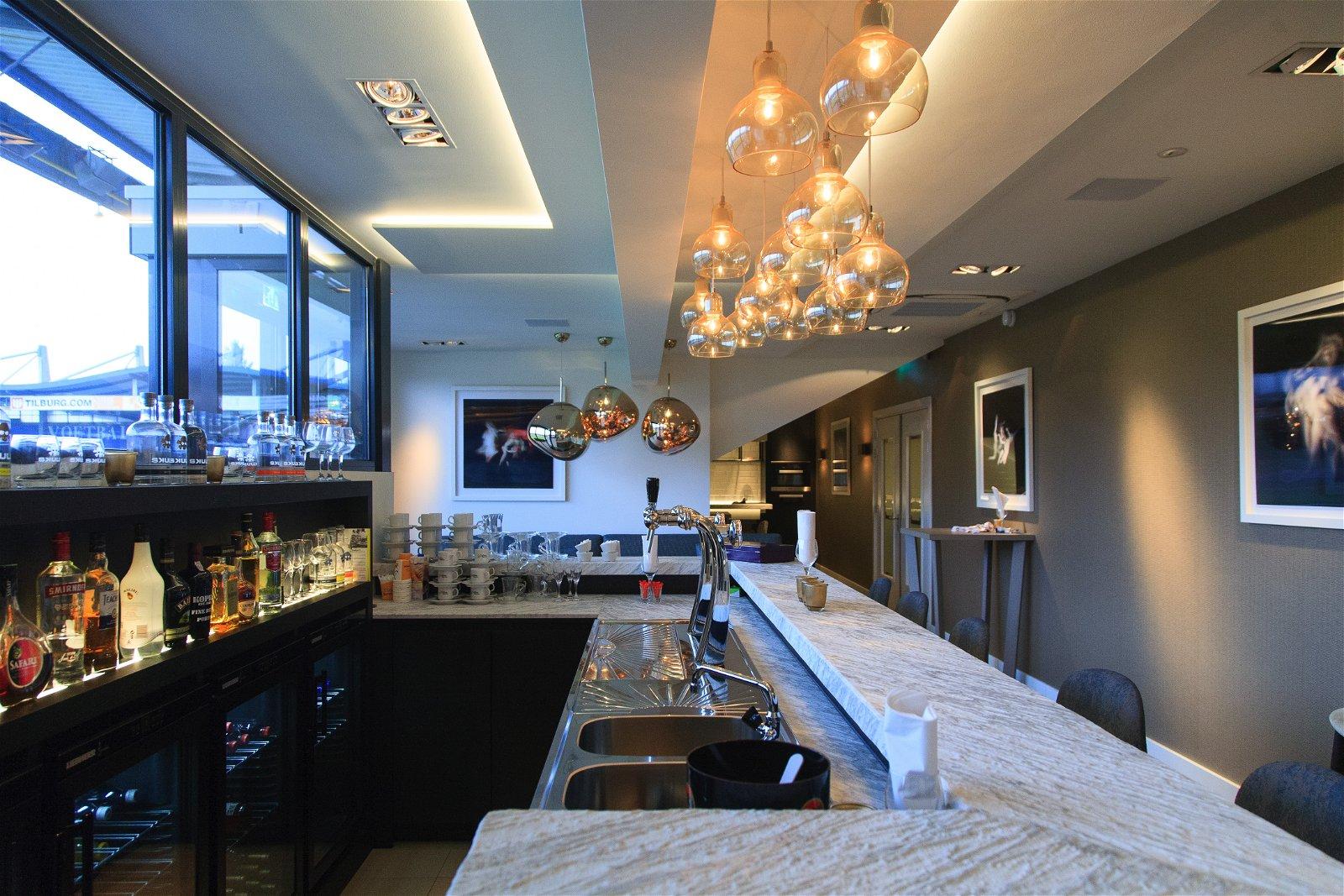 Bar in nieuwe skybox van Willem II door Hoppenbrouwers Techniek