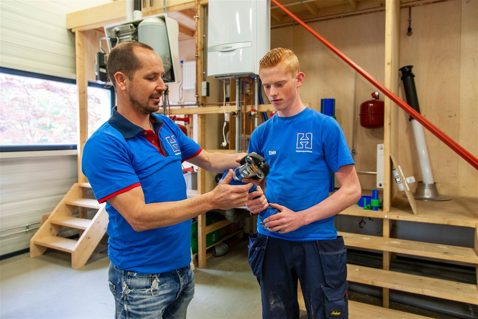Leerling-monteur krijgt uitleg in praktijkschool van Hoppenbrouwers Techniek