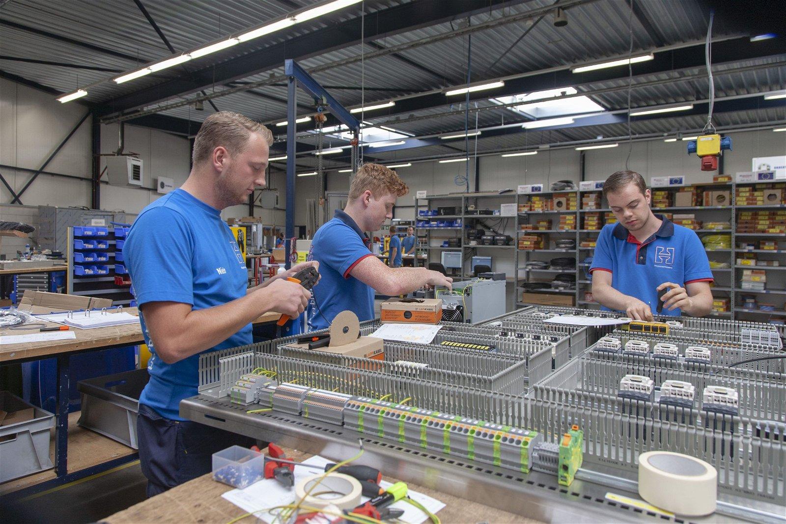 Monteurs van Hoppenbrouwers Techniek in de panelenbouw