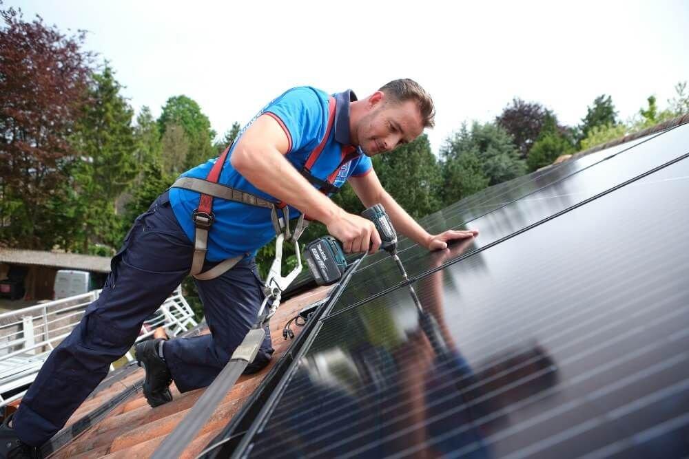 Naast zonnepanelen kopen, kun je bij Hoppenbrouwers Techniek ook terecht voor andere duurzame oplossingen. Denk aan laadpalen, zonneboilers en warmtepompen.