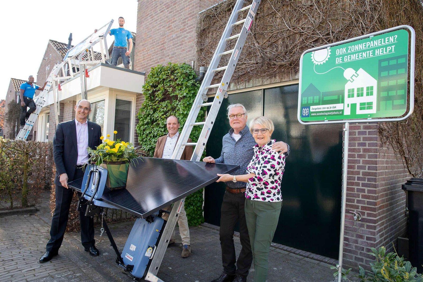 Eerste zonnepanelen 'Zon op je dak Tilburg' geplaatst door Hoppenbrouwers Techniek